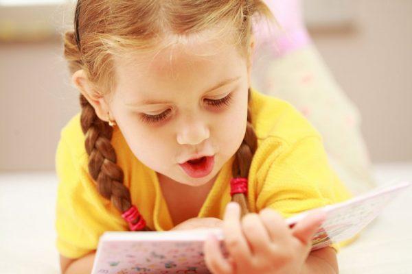 Девочка читает книгу