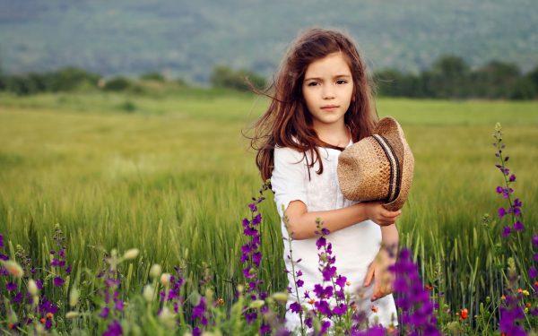 Девочка в поле с шляпкой