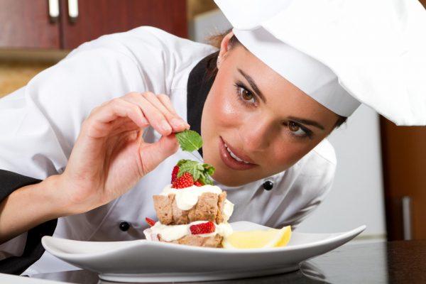 Девушка готовит десерт