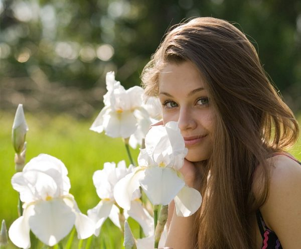 Девушка с белыми ирисами