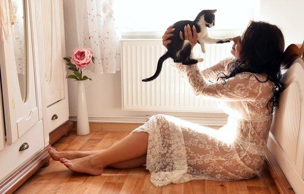 Девушка с котенком в уютной комнате