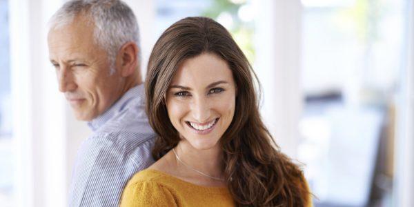 Девушка с мужчиной постарше