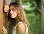 девушка у деревянного забора