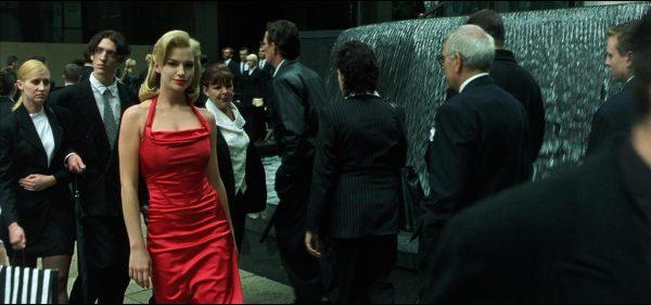 Девушка в толпе
