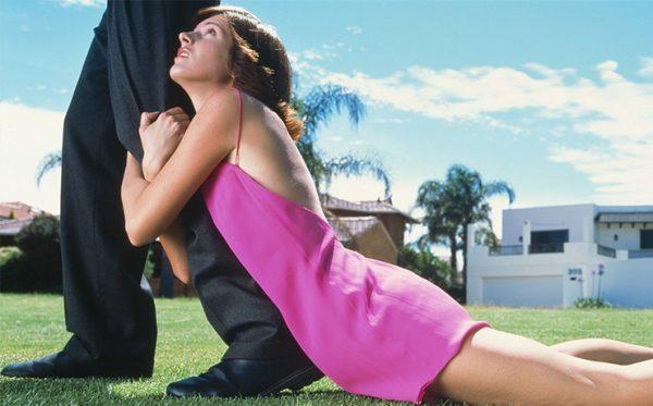 Девушка висит на ноге мужчины