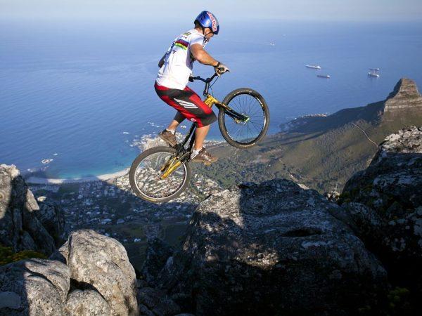 Мужчина делает трюки на велосипеде