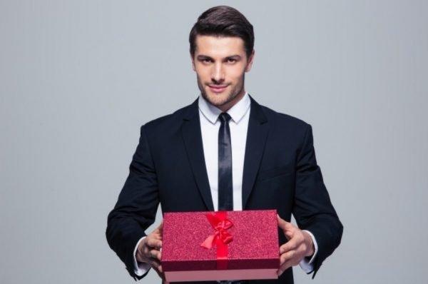 Фото мужчины с подарком