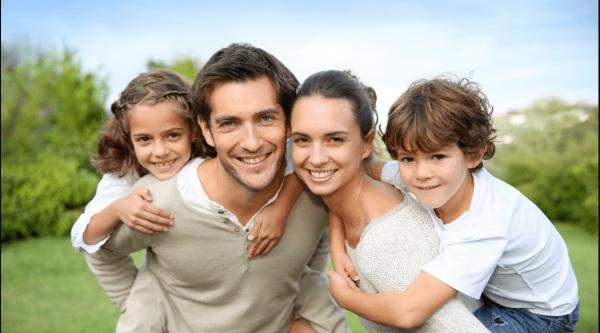 Фото счастливой семьи на фоне природы