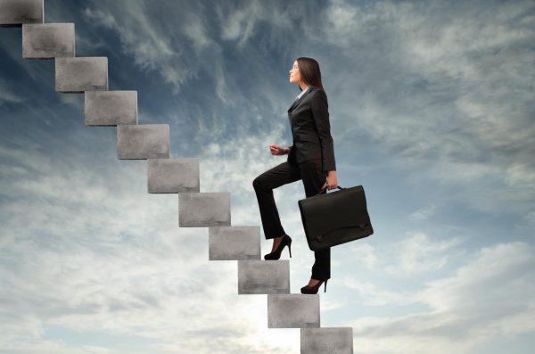 Женщина поднимается по карьерной лестнице