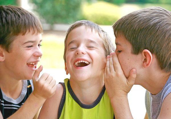 Мальчики разговаривают и смеются