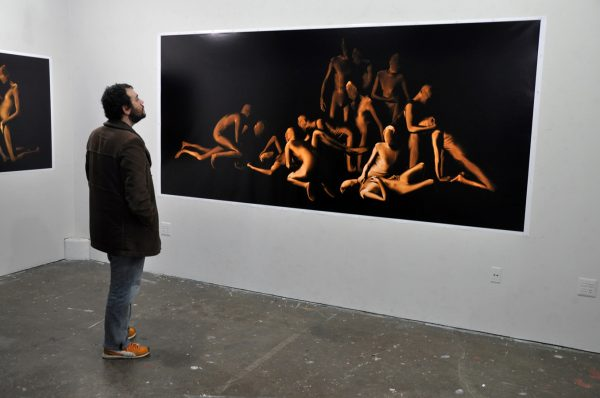 Мужчина перед картиной в музее