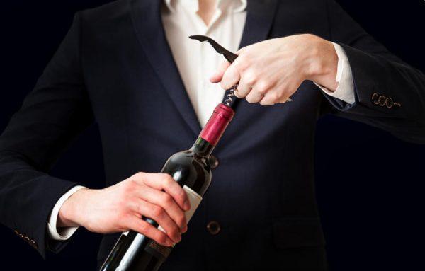 Мужчина с бутылкой вина