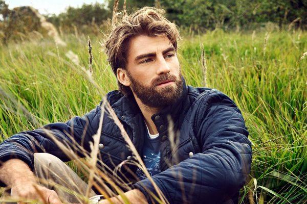 Мужчина сидит в поле