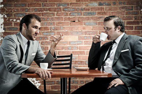 Мужчины беседуют
