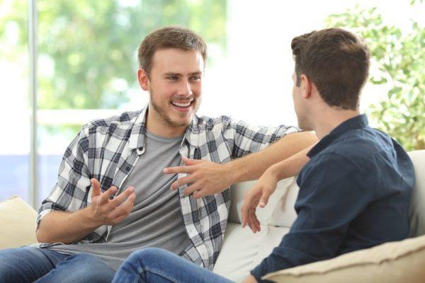 Мужчины общаются