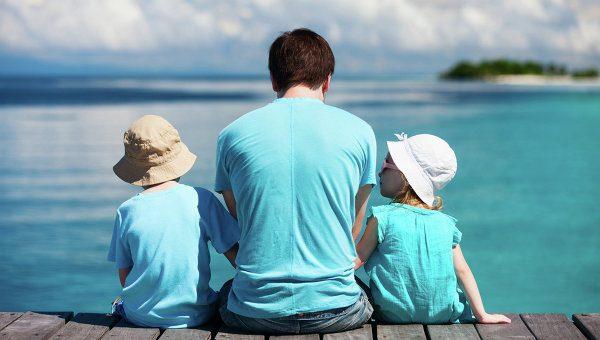 Отец с детьми у моря