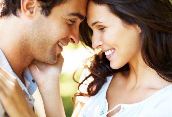 Парень с девушкой улыбаются друг другу