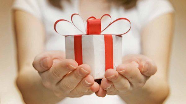 Подарок в руках у девушки