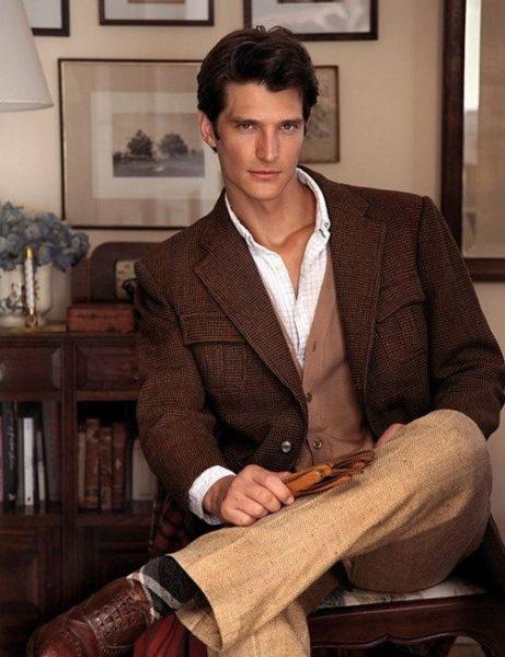 Мужчина в коричневом костюме