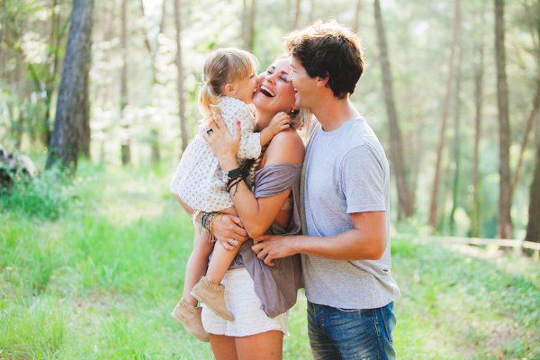 Счастливые мама и папа с дочкой