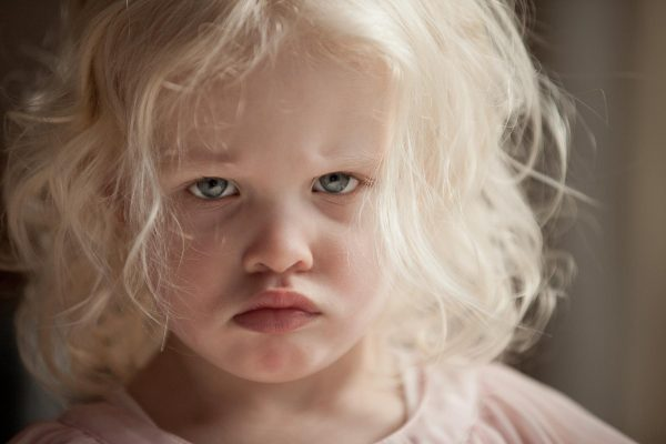 Девочка обиженно надула губки