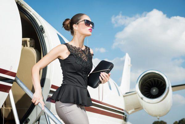 Успешная бизнес-леди выходит из самолета