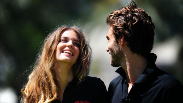 Женщина и мужчина смеются