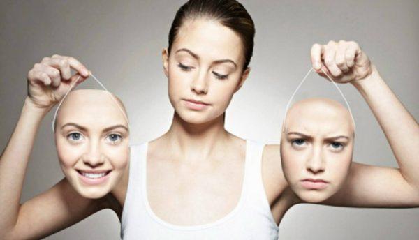 Женщина выбирает выражение лица