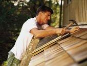 Мужчина чинит крышу