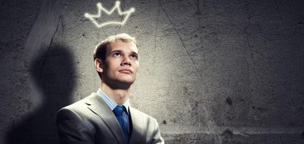 Мужчина с нарисованной короной над головой