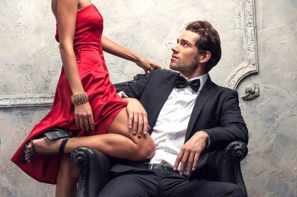 Мужчина в костюме и женщина в красном платье