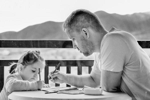 Отец и дочь рисуют