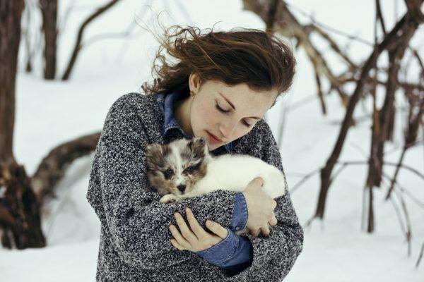 Девушка с щенком