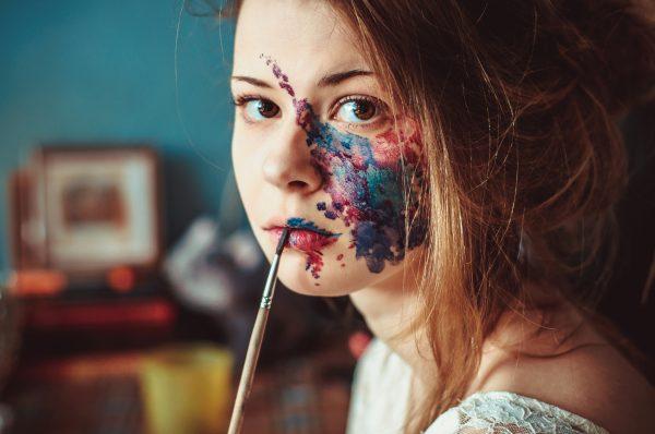 Девушка с краской на лице