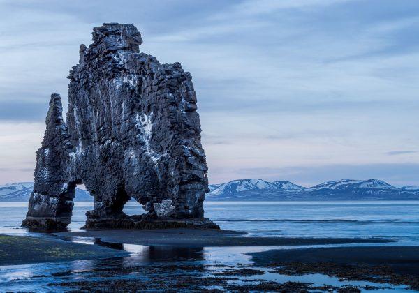 Скала в льдистой местности