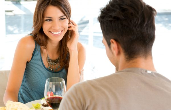 Девушка и мужчина общаются