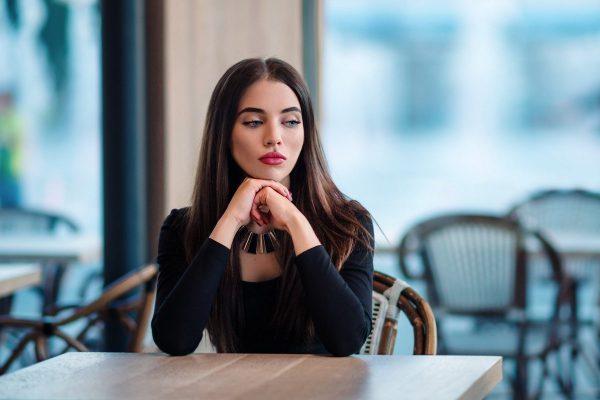 Девушка за столиком
