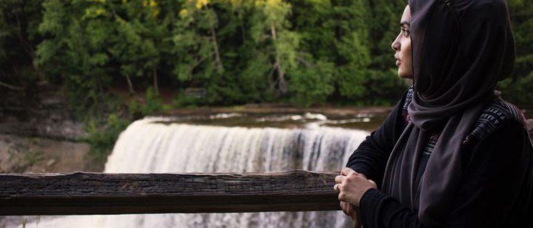 Девушка перед водопадом