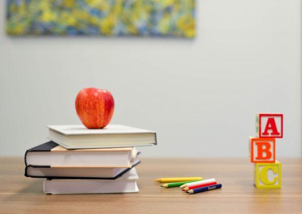 Книги и яблоко
